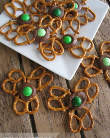 These St.Patrick's Day Shamrock Treats are mouthwatering and delicious, Pinterest impressive, and SIMPLE and FAST! Get the DIY on All Things Mamma!