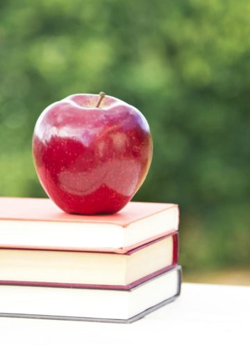 Back to school shopping can be crazy expensive – but with a few tips you can make the most of your money – here's my 5 FAVORITE Frugal Back to School Shopping Tips to get you in and out without breaking the bank!